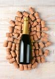 Botella y corchos de Champán Fotografía de archivo libre de regalías