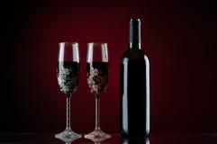 Botella y dos vidrios de vino rojo Fotos de archivo libres de regalías
