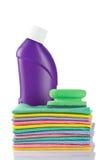 Botella y esponjas detergentes plásticas Imágenes de archivo libres de regalías