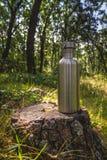 Botella y naturaleza del acero inoxidable fotos de archivo