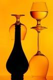 Botella y stemware Imagenes de archivo