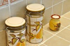 Botella y tarro en cocina Imagen de archivo libre de regalías