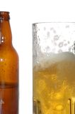 Botella y taza de cerveza Fotografía de archivo