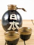 Botella y tazas de cerámica del motivo Fotografía de archivo libre de regalías