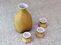 Botella y tazas del alcohol Imágenes de archivo libres de regalías
