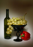 Botella y uva Imágenes de archivo libres de regalías