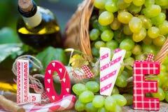 Botella y uvas del vino blanco foto de archivo libre de regalías