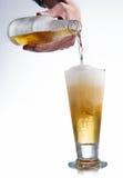 Botella y vidrio blancos de cerveza Imagenes de archivo