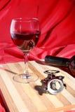 Botella y vidrio con las uvas de vino rojo y los chees en la tabla de madera Fotografía de archivo libre de regalías