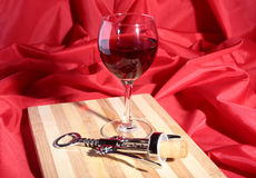 Botella y vidrio con las uvas de vino rojo y los chees en la tabla de madera Fotos de archivo