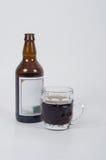 Botella y vidrio de cerveza. Imagenes de archivo