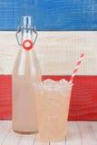 Botella y vidrio de la limonada Foto de archivo libre de regalías