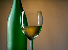 Botella y vidrio de vino fotos de archivo