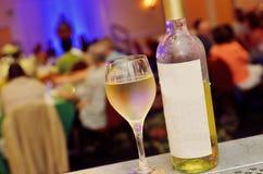 Botella y vidrio de vino blanco imagen de archivo libre de regalías