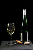 Botella y vidrio de vino blanco con los utensiles Fotografía de archivo