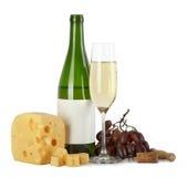 Botella y vidrio de vino blanco con queso Foto de archivo libre de regalías