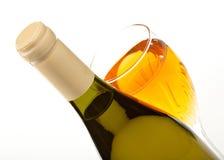 Botella y vidrio de vino con cierre del vino para arriba aislados Foto de archivo libre de regalías
