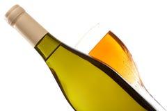 Botella y vidrio de vino con cierre del vino para arriba aislados Imagen de archivo libre de regalías
