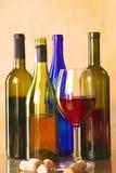 Botella y vidrio de vino en una tabla Imagen de archivo