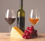 Botella y vidrio de vino en una tabla Fotografía de archivo libre de regalías