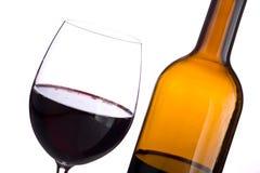 Botella y vidrio de vino rojo imagenes de archivo