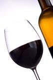 Botella y vidrio de vino rojo foto de archivo