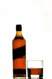 Botella y vidrio de whisky escocés Fotos de archivo