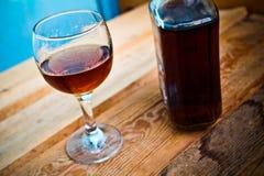 Botella y vidrio del coñac con hielo Fotografía de archivo