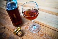 Botella y vidrio del coñac con hielo Foto de archivo