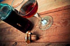Botella y vidrio del coñac con hielo Imagen de archivo libre de regalías