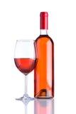 Botella y vidrio Rose Wine en el fondo blanco imagen de archivo