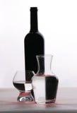 Botella y vidrios Fotos de archivo libres de regalías