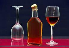 Botella y vidrios con alcohol. Imagen de archivo libre de regalías