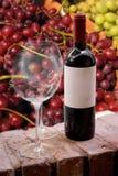 Botella y vidrios de vino Foto de archivo libre de regalías