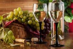 Botella y vidrios de vino blanco Imagenes de archivo