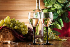 Botella y vidrios de vino blanco Imágenes de archivo libres de regalías