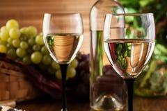 Botella y vidrios de vino blanco Fotos de archivo libres de regalías