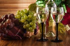 Botella y vidrios de vino blanco Imagen de archivo