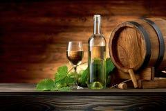 Botella y vidrios de vino con el barril de madera Imágenes de archivo libres de regalías