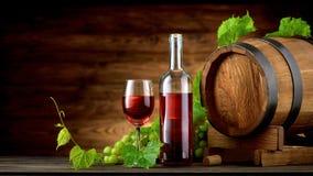 Botella y vidrios de vino con el barril de madera Foto de archivo
