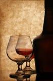 Botella y vidrios del coñac Fotografía de archivo