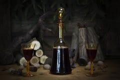 Botella y vidrios del vintage del vino rojo que descansan sobre la tabla de madera Agai Imágenes de archivo libres de regalías