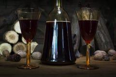 Botella y vidrios del vintage del vino rojo que descansan sobre la tabla de madera Agai Imagen de archivo