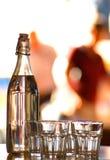 Botella y vidrios, restaurante Foto de archivo