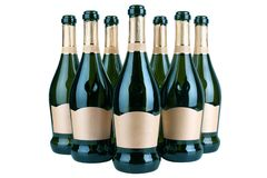 Botellas abiertas de champán o de vino espumoso con la etiqueta de oro en varias filas en el fondo blanco aislado cerca para arri imagen de archivo