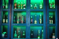 Botellas agradables de bebida en la barra imagenes de archivo