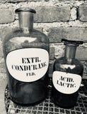 Botellas antiguas de los farmacéuticos foto de archivo