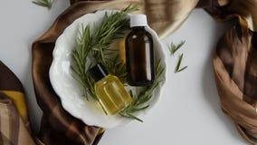 Botellas con aceite esencial del romero metrajes