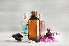Botellas con aceite y flores de lavanda Fotos de archivo libres de regalías