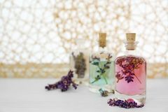 Botellas con aceite y flores de lavanda Imágenes de archivo libres de regalías